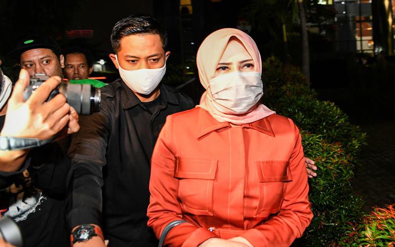 Istri mantan Sekretaris Mahkamah Agung (MA) Nurhadi, Tin Zuraida (kanan) berjalan meninggalkan ruangan usai menjalani pemeriksaan di gedung KPK, Jakarta, Senin (22/6/2020). Tin Zuraida diperiksa KPK sebagai saksi untuk tersangka Direktur Multicon Indrajaya Terminal (MIT), Hiendra Soenjoto dalam kasus dugaan suap gratifikasi pengurusan perkara di MA Tahun 2011-2016. ANTARA FOTO - M Risyal Hidayat