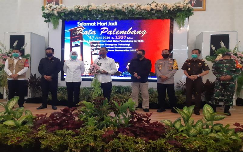 Walikota Palembang Harnojoyo (tengah) memberikan keterangan pers usai rapat evaluasi PSBB tahap II. bisnis/dinda wulandari