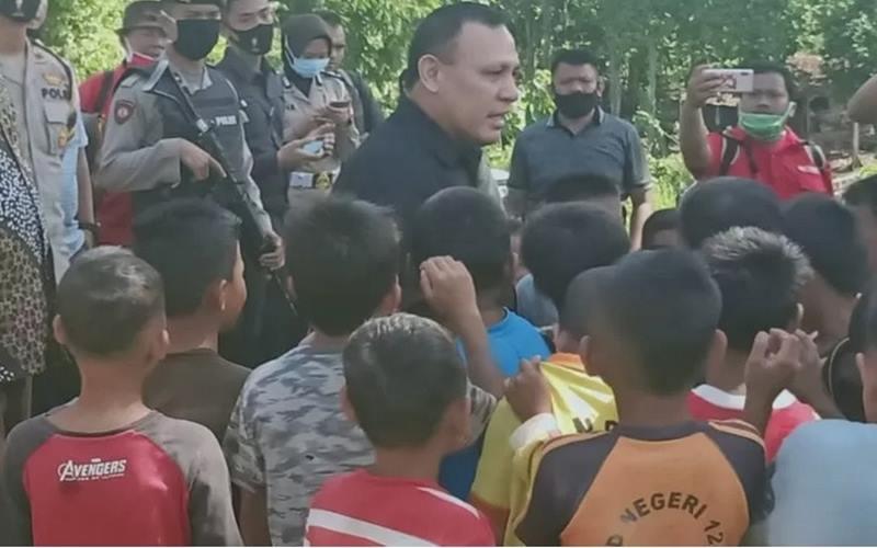 Ketua Komisi Pemberantasan Korupsi (KPK) Firli Bahuri (tengah) saat berkunjung ke kawasan Baturaja, Ogan Komering Ulu, Sumatra Selatan, Sabtu (20/6/2020). - Antara
