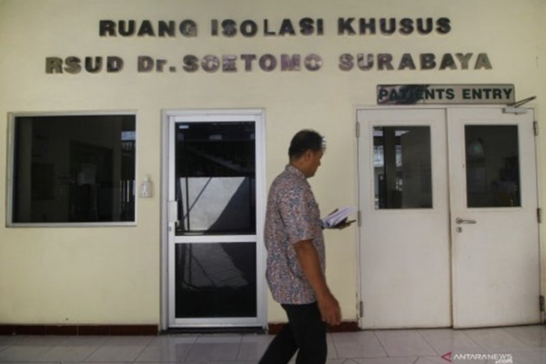 Petugas melintas di depan pintu masuk Ruang Isolasi Khusus (RIK) RSUD Dokter Soetomo, Surabaya, Jawa Timur, Jumat (24/1/2020). - ANTARA FOTO/Moch Asim