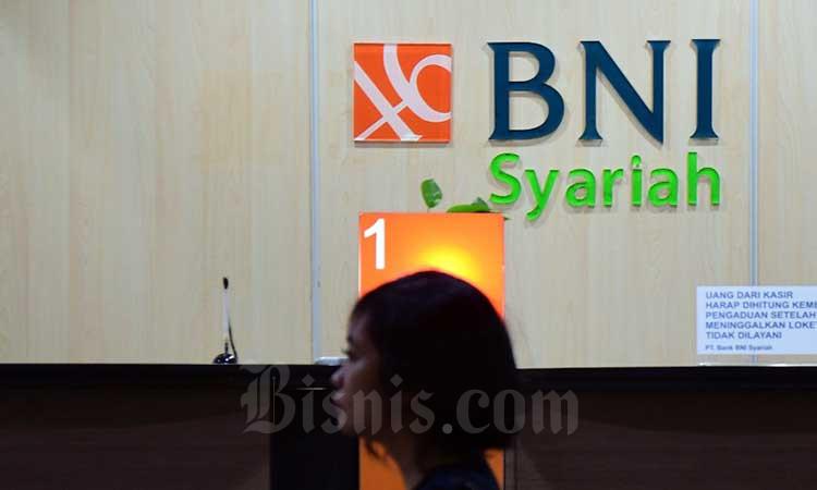 Nasabah menunggu ppelayanan di kantor cabang di Jakarta, Senin (2/3/2020). Bisnis - Abdurachman