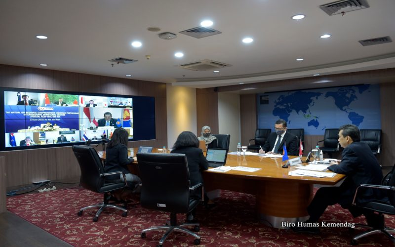 Menteri Perdagangan RI, Agus Suparmanto menghadiri Pertemuan Intersesi Menteri Regional Comprehensive Economic Partnership (RCEP) ke-10 secara virtual yang berlangsung di Kantor Kementerian Perdagangan, Jakarta, Selasa (23/6/2020).  - Dok. Kemendag