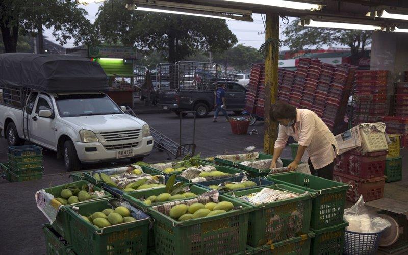 Pedagang tengah menyortir mangga di pasar grosir Talat Thai, Rangsit, Pathum Thani, Thailand -  Luke Duggleby/Bloomberg