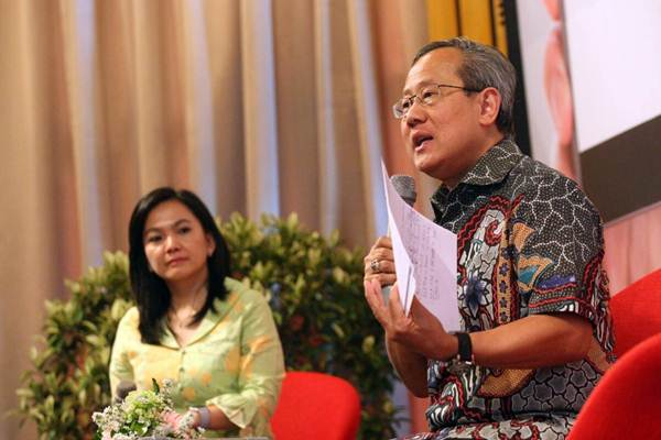President Director & CEO PT Asuransi Jiwa Sequis Life Tatang Widjaja (kanan) memberikan penjelasan mengenai layanan digital Sequis Polisku pada acara peluncuran di Jakarta, Selasa (8/5/2018). - JIBI/Dedi Gunawan