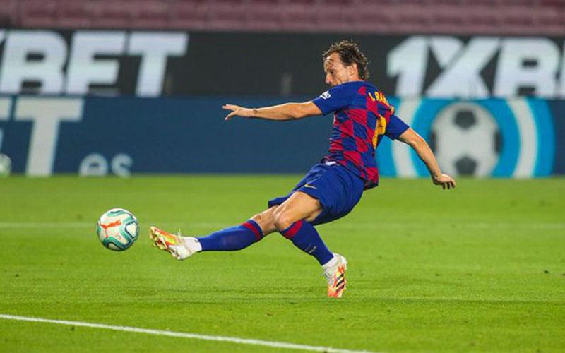 Gelandang serang Barcelona Ivan Rakitic ketika menjebol gawang Athletic Bilbao. - Twitter@FCBarcelona