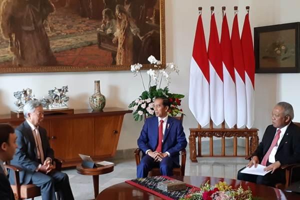 Presiden Joko Widodo (kedua kanan) menerima Presiden Asian Infrastructure Investment Bank (AIIB) Jin Liqun (kedua kiri), di Ruang Kerja Presiden, Istana Bogor, Kamis (30/8/2018). - JIBI/Amanda Kusumawardhani