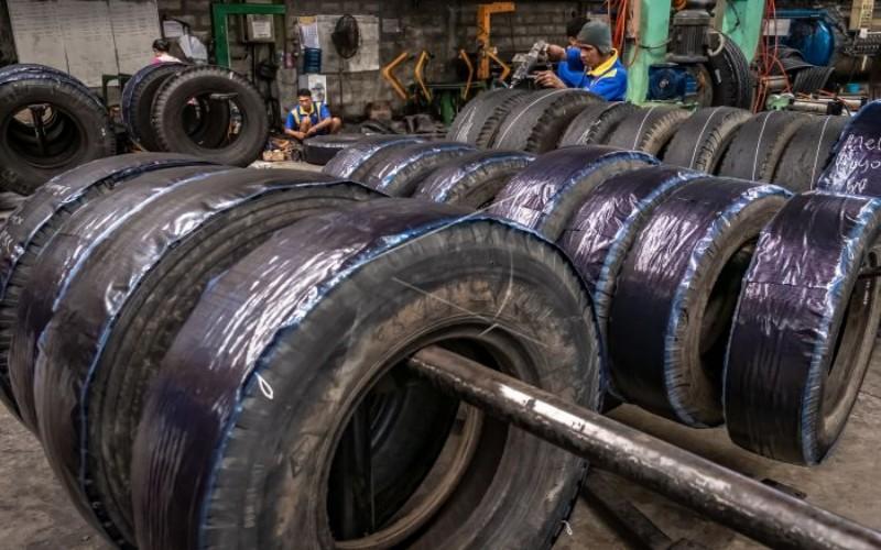 Pabrik ban vulkanisir - Antara/Aji Styawan