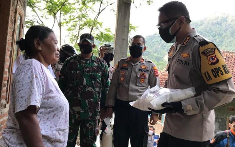 Ilustrasi - Polresta Cirebon membagikan bantuan kebutuhan pokok untuk warga yang tidak terdata pemerintah - Bisnis/Hakim Baihaqi