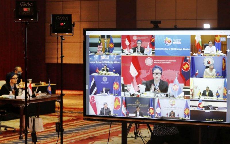 Menteri Luar Negeri Retno L Marsudi tengah mengikuti pertemuan antarmenteri Asean informal secara virtual di Jakarta, Rabu (24/6/2020). Salah satu poin penting yang dipaparkan Indonesia bagi seluruh negara di Asia Tenggara adalah agar dapat menjaga stabilitas dan perdamaian di wilayah Laut China Selatan - Dok./Kemenlu