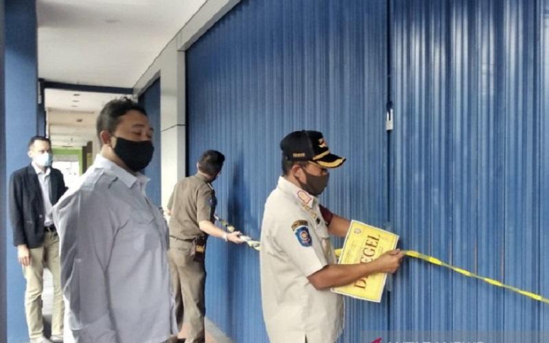 Petugas Satpol PP menyegel tempat spa yang melanggar PSBB di Kota Bandung - Antara