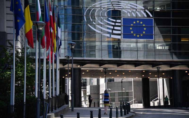Lambang Uni Eropa terpampang di depan gedung Parlemen Eropa di Brussels, Belgia, Rabu (27/5/2020). - Bloomberg/Geert Vanden Wijngaert