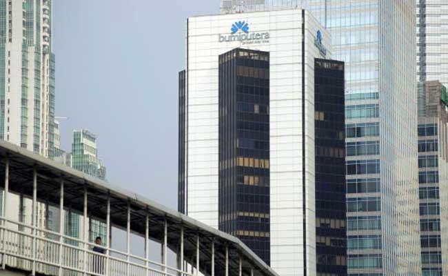Pejalan kaki melintas di dekat gedung Wisma Bumiputera di Jakarta. Bisnis