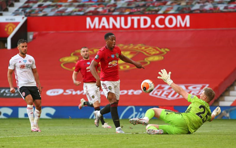 Anthony Martial (kedua kanan) mencetak gol ketiga Manchester United ke gawang Sheffield United yang dikawal kiper Simon Moore. - The Guardian
