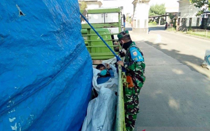 Pangkalan Angkatan Laut (Lanal) Denpasar menggagalkan dua orang yang masuk bak truk dengan ditutupi terpal, agar bisa lolos menyeberang di Pelabuhan Penyeberangan Gilimanuk, Kecamatan Melaya, Kabupaten Jembrana, Bali, guna menghindari pemeriksaan petugas penanggulangan pandemi COVID-19, Jumat (5/6/2020). - Antara/Lanal Denpasar