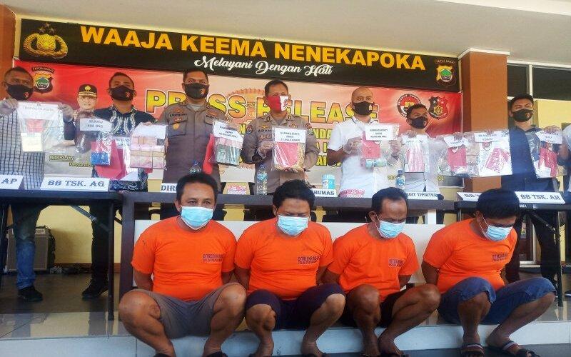 Dirkrimsus bersama Kabid Humas Polda Papua Barat merilis hasil operasi penambangan emas ilegal di Kabupaten Pegunungan Arfak, Rabu (24/6/2020). - Antara/Toyiban