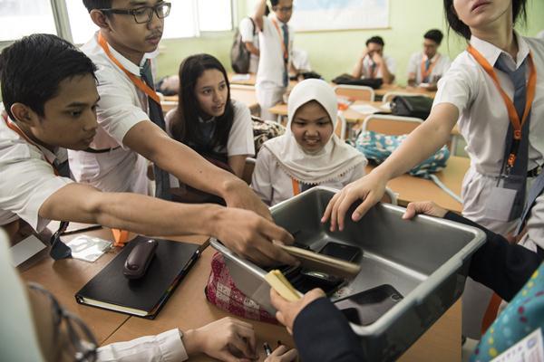 Sejumlah siswa SMAN 68 mengumpulkan alat komunikasi sebelum Ujian Nasional Berbasis Komputer (UNBK) sesi II di SMAN 68, Jakarta, Senin (10/4). Berdasarkan data Kemdikbud, jumlah pelajar SMA seluruh Indonesia yang mengikuti UNBK sebanyak 873.043 orang dari 5.900 sekolah selama 10-13 April 2017. ANTARA FOTO - M Agung Rajasa