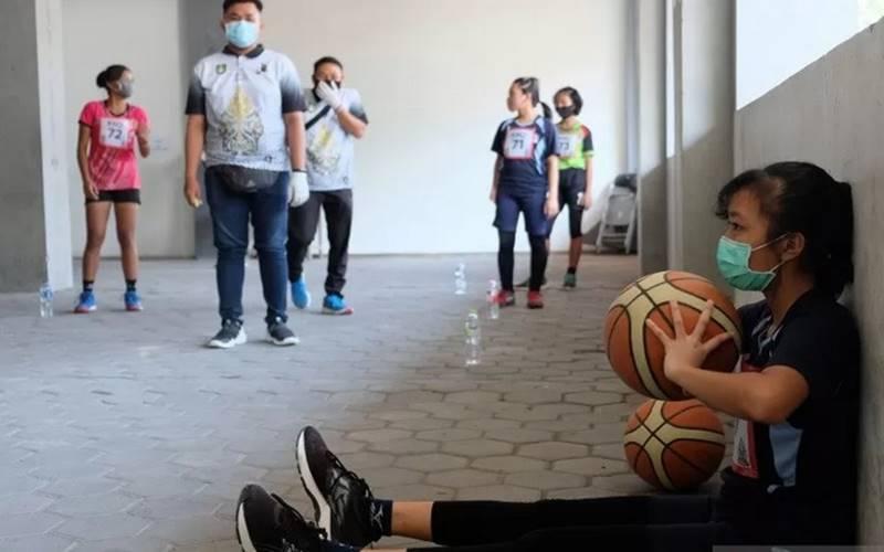 Calon siswa baru jalur Kelas Khusus Olahraga (KKO) SMP Negeri 1 Solo mengikuti seleksi Penerimaan Peserta Didik Baru (PPDB) di Fakultas Keolahragaan UNS, Manahan, Solo, Jawa Tengah, Rabu (17/6/2020). - Antara