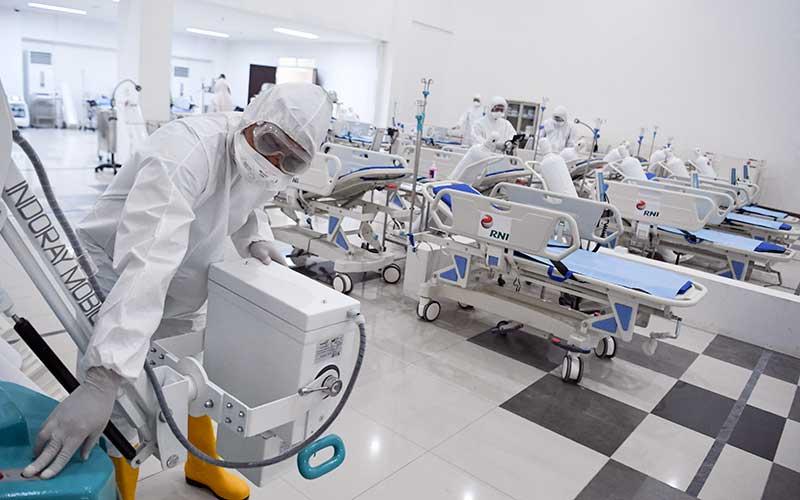 Petugas kesehatan memeriksa alat kesehatan di ruang IGD Rumah Sakit Darurat Penanganan COVID-19 Wisma Atlet Kemayoran, Jakarta, Senin (23/3/2020). Rumah Sakit Darurat Penanganan COVID-19 Wisma Atlet Kemayoran itu siap digunakan untuk menangani 3.000 pasien. ANTARA FOTO/Hafidz Mubarak A - Pool