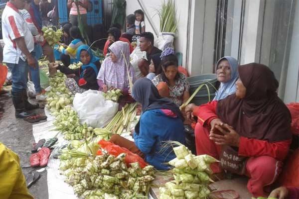 Perajin dan penjual ketupat janur di Pasar Mardika Kota Ambon, Maluku.  - ANTARA
