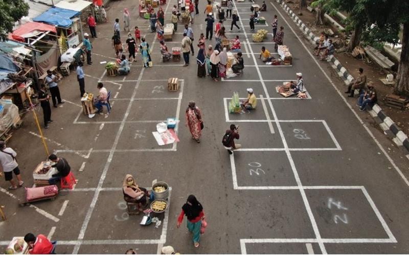 Pasar Pegirian, Kota Surabaya, Jatim, mulai Kamis (28/5/2020) menerapkan pengaturan jarak antar-pedagang sebagai upaya memutus rantai penularan virus corona jenis baru atau Covid-19. - Antara