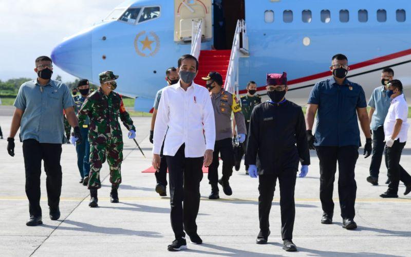 Presiden Joko Widodo tiba di Bandara Internasional Banyuwangi pukul 13.45 WIB dan disambut oleh Bupati Banyuwangi Abdullah Azwar Anas, Kamis (25/6/2020). - Biro Pers Sekretariat Presiden - Muchlis Jr