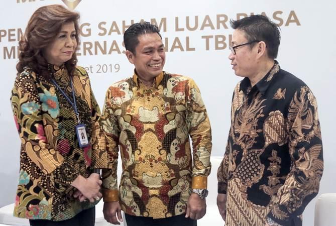 Presiden Direktur PT Bank MNC Internasional Tbk (MNC Bank) Mahdan (tengah) berbincang dengan Direktur Rita Montagna (kiri), dan Direktur Hermawan di sela-sela Rapat Umum Pemegang Saham Luar Biasa (RUPSLB) di Jakarta, Jumat (8/3/2019). - Bisnis/Felix Jody Kinarwan