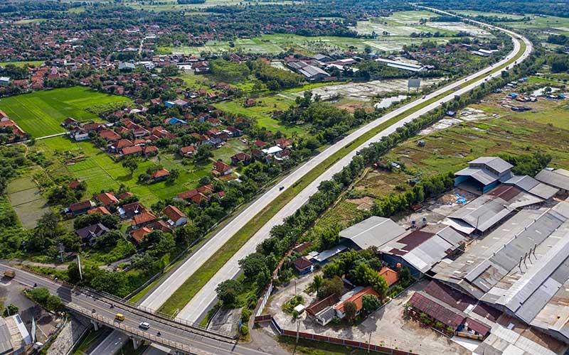 Kendaraan melintas di Tol Cikopo-Paliman, Ciwaringin, Cirebon, Jawa Barat, Kamis (21/5/2020)./ANTARA FOTO- - Nova Wahyudi