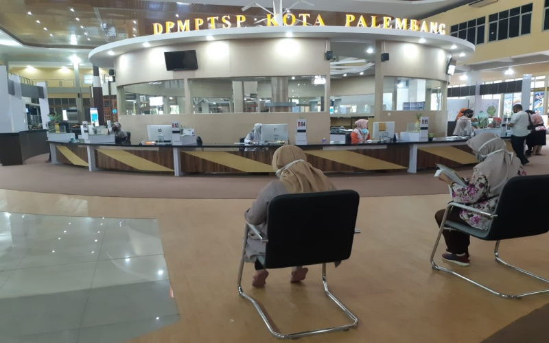Masyarakat mengantre untuk mengurus perizinan di Kantor Dinas Penanaman Modal dan Pelayanan Terpadu Satu Pintu (DPMPTSP) Kota Palembang. Bisnis/dinda wulandari