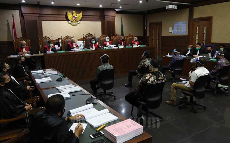 Terdakwa kasus dugaan korupsi pengelolaan dana dan penggunaan dana investasi pada PT Asuransi Jiwasraya (Persero) menjalani sidang perdana di Pengadilan Tindak Pidana Korupsi, Jakarta, Senin (3/6/2020). - Bisnis/Eusebio Chrysnamurti