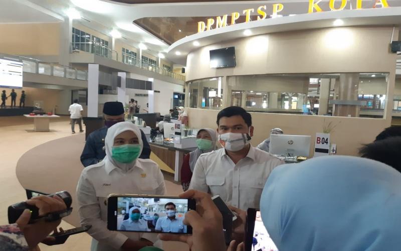 Wakil Walikota Palembang Fitrianti Agustinda (kiri) memberikan keterangan kepada wartawan. Bisnis/dinda wulandari