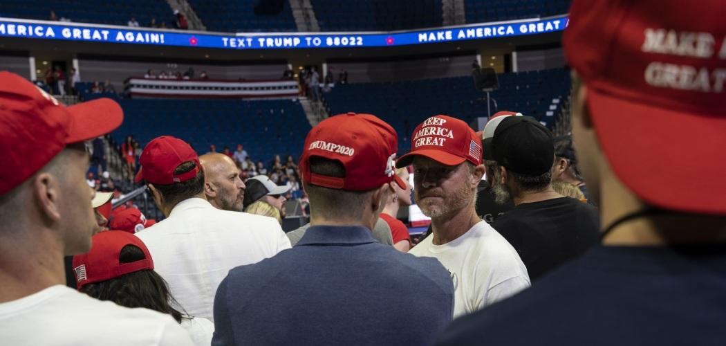 Pendukung Donald Trump bersiap mendengarkan pidato dari Presiden AS petahana itu dalam kampanye di Tulsa, Oklahoma, AS, Sabtu (20/6/2020). - Bloomberg/Go Nakamura