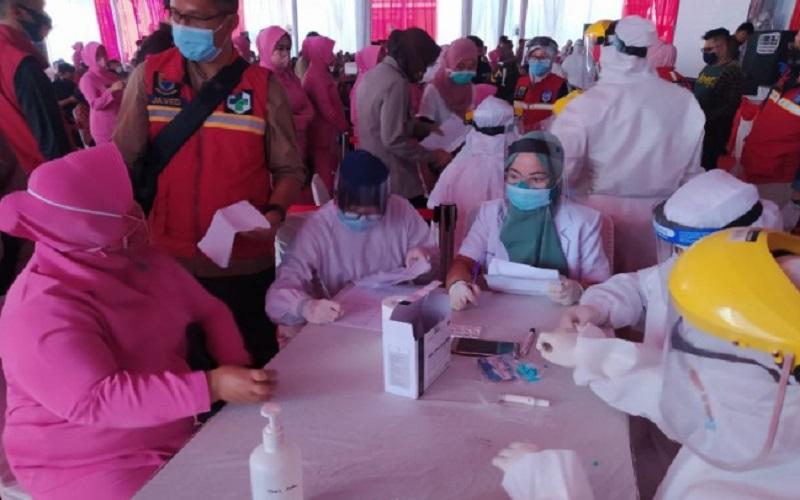 2.000 orang anggota Polri dan TNI serta ASN di lingkungan Mapolres Cianjur, Jawa Barat, mengikuti tes cepat massal yang digelar di Mapolres Cianjur - Antara