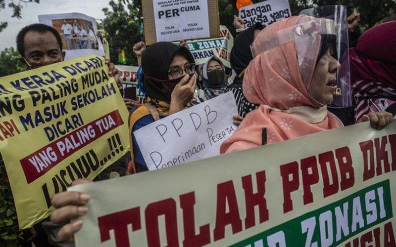 Sejumlah orang tua murid terdampak PPDB DKI Jakarta yang memberlakukan syart usia berunjuk rasa di depan Gedung Balai Kota DKI Jakarta pada Selasa (23/6/2020)./Antara - Aprilio Akbar