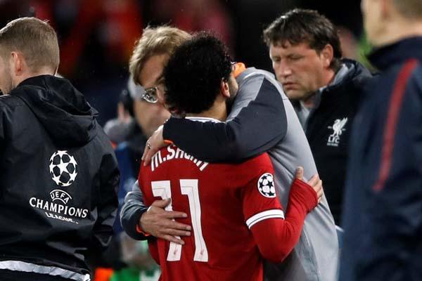 Pelatih Liverpool Jurgen Klopp memeluk striker Mohamed Salah. - Reuters/Carl Recine
