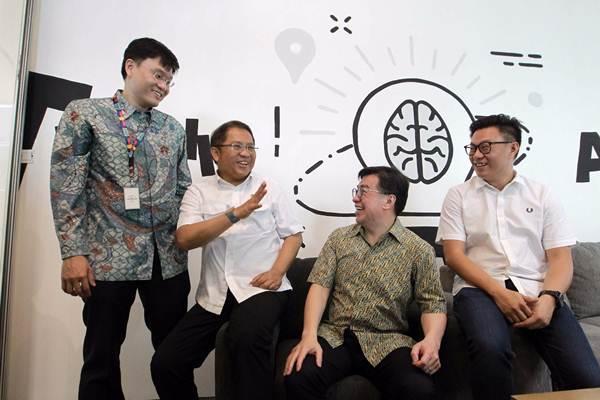 Rudiantara (kedua kiri), CEO dan Co-Founder EV Hive Carlson Lau (dari kiri), Direktur Utama PT Bank Tabungan Pensiunan Nasional Tbk. Jerry Ng, dan Co-founder & Managing Partner of East Ventures Willson Cuaca, berbincang di sela-sela meresmikan Jenius x EV Hive Coworking Space di Jakarta, Rabu (7/3/2018). - JIBI/Dwi Prasetya