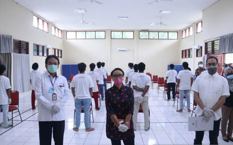 Menteri Luar Negeri Retno Marsudi (tengah) didampingi Dirjen Rehabilitasi Sosial Kemensos Harry Hikmat (kiri) saat meninjau kondisi ABK WNI yang ditampung di RPTC Bambu Apus, Jakarta, Minggu (10/5 - 2020).Antara/Humas Rehsos