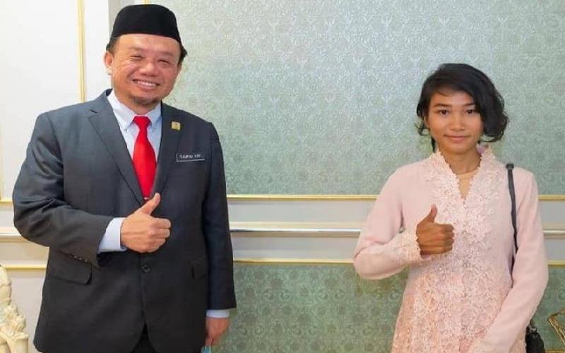 Veveonah Mosibin, 18 tahun, kanan, menerima beasiswa kuliah S1 di UMS. - Facebook/Taufiq Yap Yun Hin