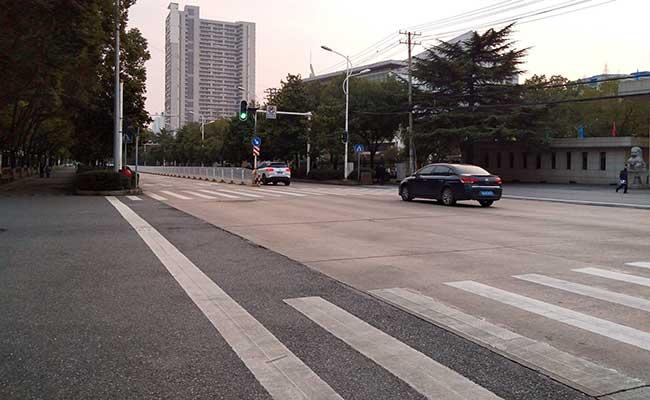 Jalan kosong terlihat di Wuhan, provinsi Hubei, China, Selasa (28/1/2020). Instagram - emilia via Reuters. Perusahaan komestik Lin Qingxuan melakukan transformasi bisnis sehingga bisa keluar dari tekanan pandemi Covid/19