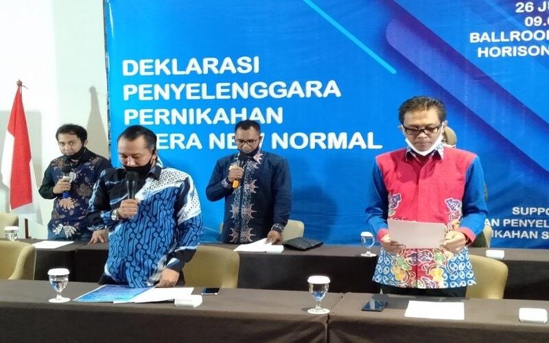Juru bicara GPPS Nanang Khusnaini (kiri) bersama penyelenggara pernikahan di Kota Semarang melakukan deklarasi di era new normal. - Bisnis/Alif N.