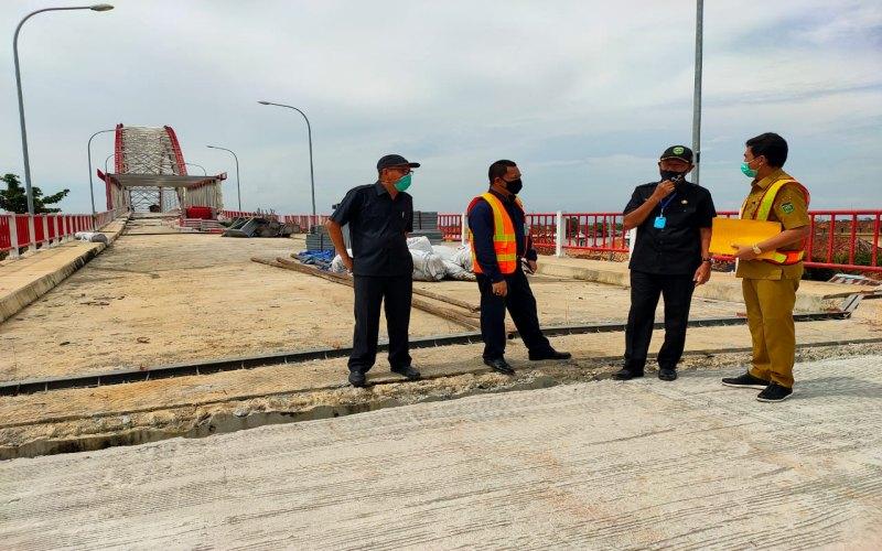 Plt Kepala Dinas PUBM TR Sumsel Budhy Darma (kedua dari kanan) meninjau proyek Jembatan Musi VI di Palembang. istimewa