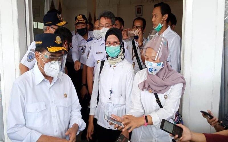 Menteri Perhubungan Budi Karya Sumadi (kiri) memberikan keterangan kepada wartawan, Jumat (26/6/2020). - Ist