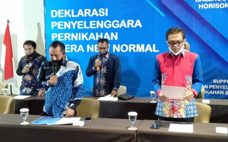 Juru bicara GPPS Nanang Khusnaini (kiri) bersama penyelenggara pernikahan di Kota Semarang melakukan deklarasi di era new normal. (Foto: Alif Nazzala Rizqi)