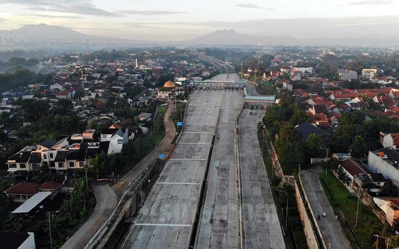 Foto aerial Tol Depok-Antasari dengan latar belakang Gunung Salak dan Pangrango di Jakarta, Selasa (19/5/2020). Bisnis - Himawan L Nugraha