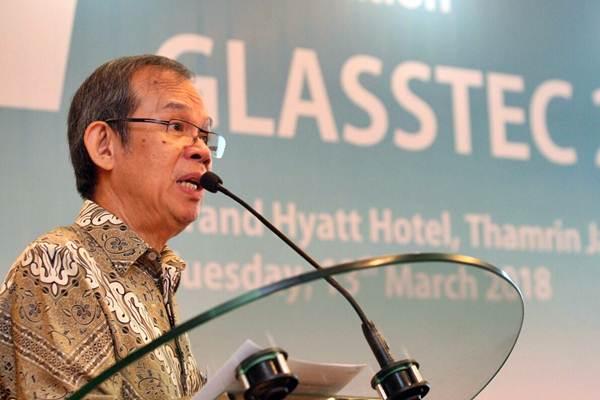 Ketua Umum Asosiasi Kaca Lembaran dan Pengaman Indonesia Yustinus H Gunawan memberikan penjelasan rencana pameran terbesar industri kaca Glasstec 2018 di Duseldorf, Jerman, di Jakarta, Selasa (13/3/2018). - JIBI/Dedi Gunawan