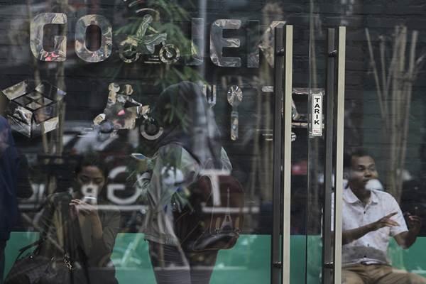 Suasana sejumlah karyawan ojek berbasis online Go-Jek berada diruang tunggu di halaman kantor Gojek, Jakarta, Selasa (3/11). - Antara
