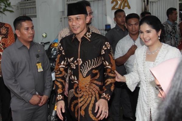 Putra Presiden RI keenam Susilo Bambang Yudhoyono, Agus Harimurti Yudhoyono (kiri) dan istri Annisa Pohan (kanan) saat menyambangii kediaman Presiden ke-5 Megawati Soekarnoputri untuk berhalalbihalal, di Jakarta, Rabu (5/6/2019). - ANTARA FOTO/Reno Esnir
