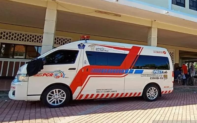 Mobil laboratorium polymerase chain reaction (PCR) pinjaman Badan Nasional Penanggulangan Bencana (BNPB) beroperasi kembali dengan melayani tes swab Covid-19 di GOR Pancasila, Kota Surabaya, Jawa Timur, Sabtu (30/5/2020 - Antara