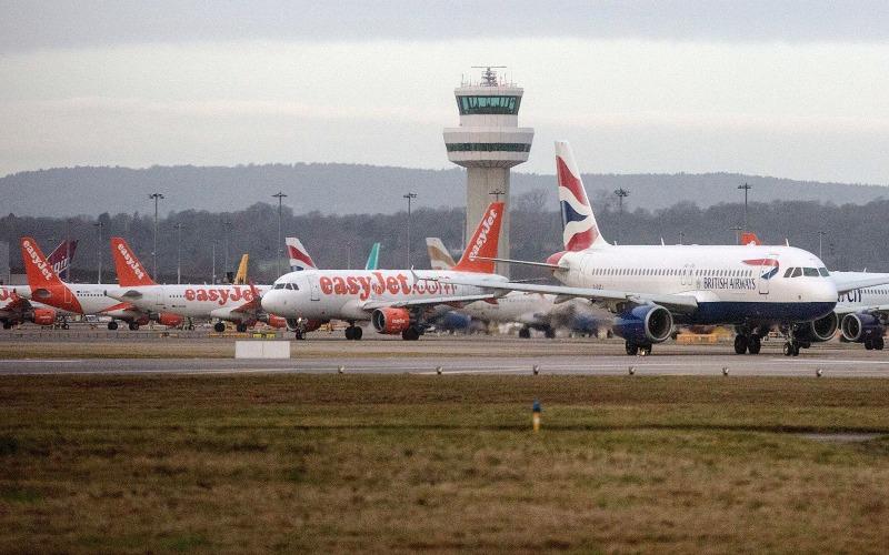 Sejumlah pesawat terparkir di lapangan pacu bandara. (Bloomberg)
