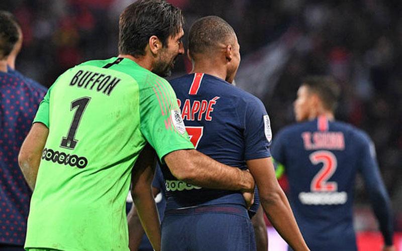 Gianluigi Buffon (kiri) dan Kylian Mbappe ketika masih bersama memperkuat Paris Saint-Germain. - Daly Express