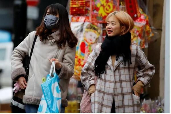 Ilustrasi-Sejumlah warga memakai masker saat berjalan menuju stasiun bawah tanah kereta subway di Kota Beijing, China, Selasa (21/1/2020). - Reuters